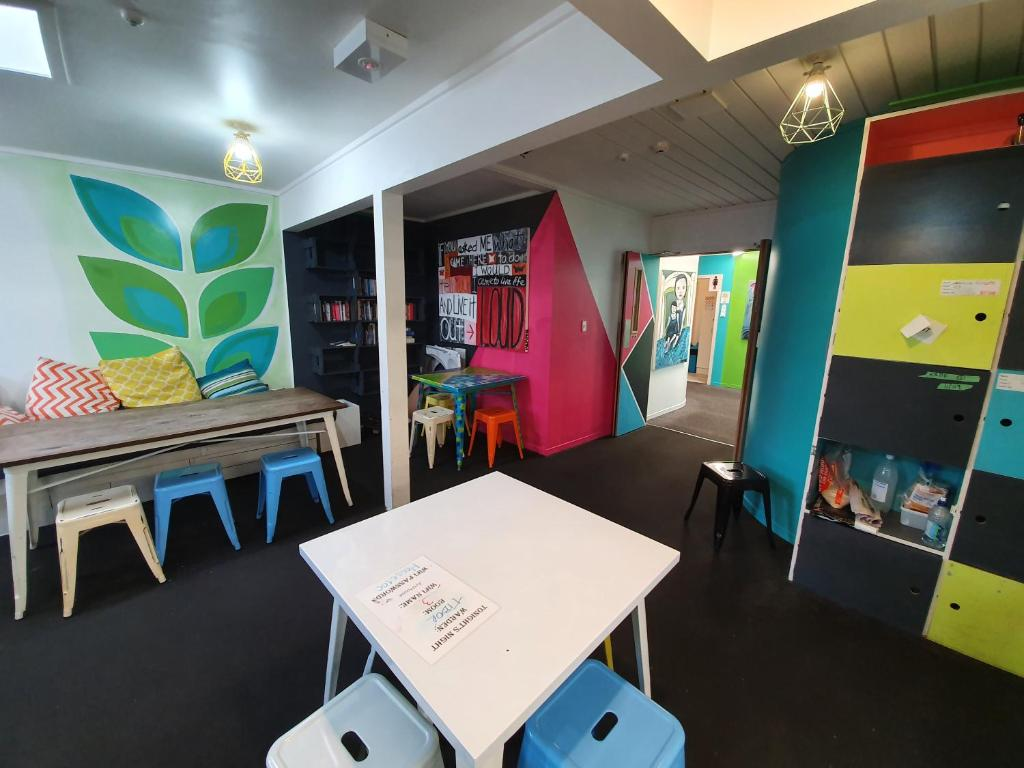 A restaurant or other place to eat at ArtHouse Accommodation Boutique Backpackers