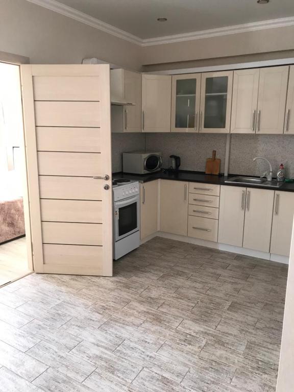 Кухня или мини-кухня в Apartment on ulitsa Volzhskaya 34