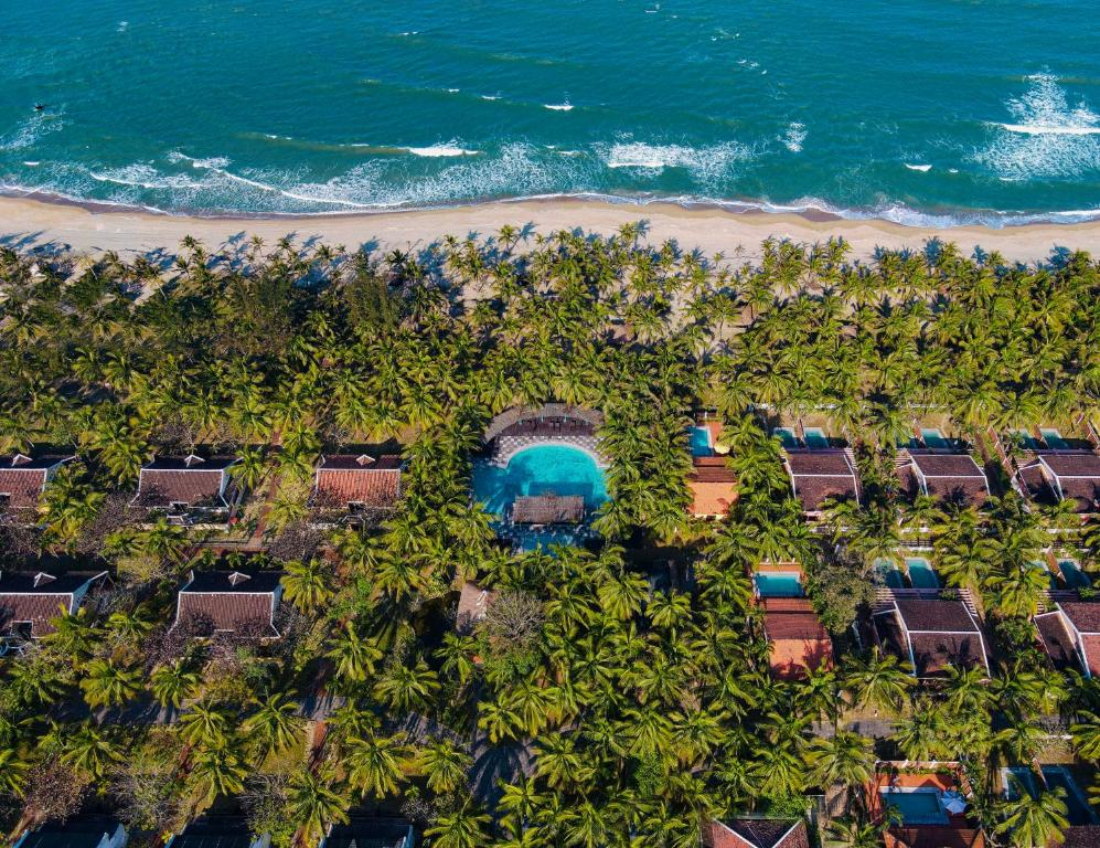 Een luchtfoto van Le Belhamy Beach Resort & Spa, Hoi An