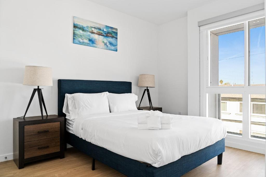 A bed or beds in a room at Stay Gia New Modern Chic 2 Br Apartment By LAX 4 Ppl