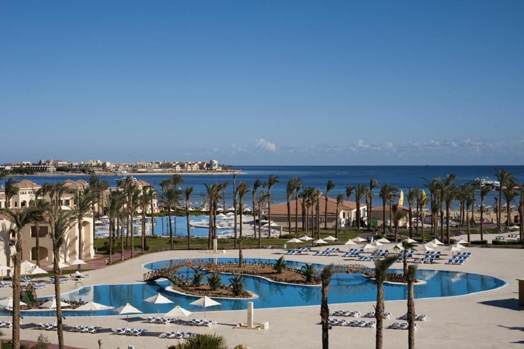 المسبح في Cleopatra Luxury Resort Makadi Bay أو بالجوار
