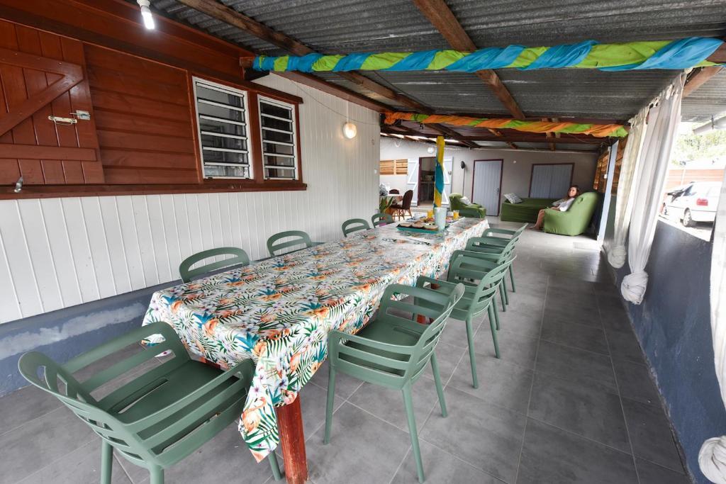 Restaurant ou autre lieu de restauration dans l'établissement la maison des oeillets Aéroport Roland Garros