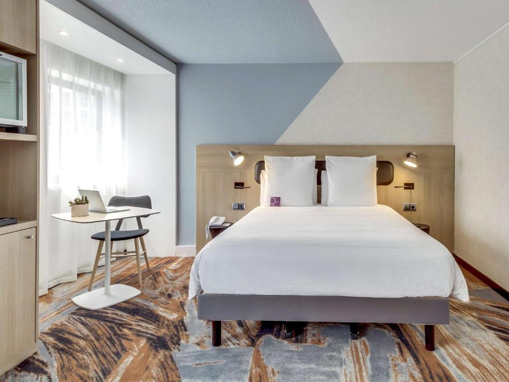 A bed or beds in a room at Mercure Paris Gare De Lyon TGV