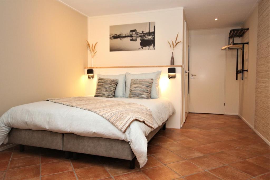 A bed or beds in a room at Wadden (W)eiland Bed en Breakfast op Texel