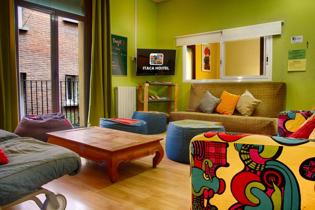 A seating area at Itaca Hostel