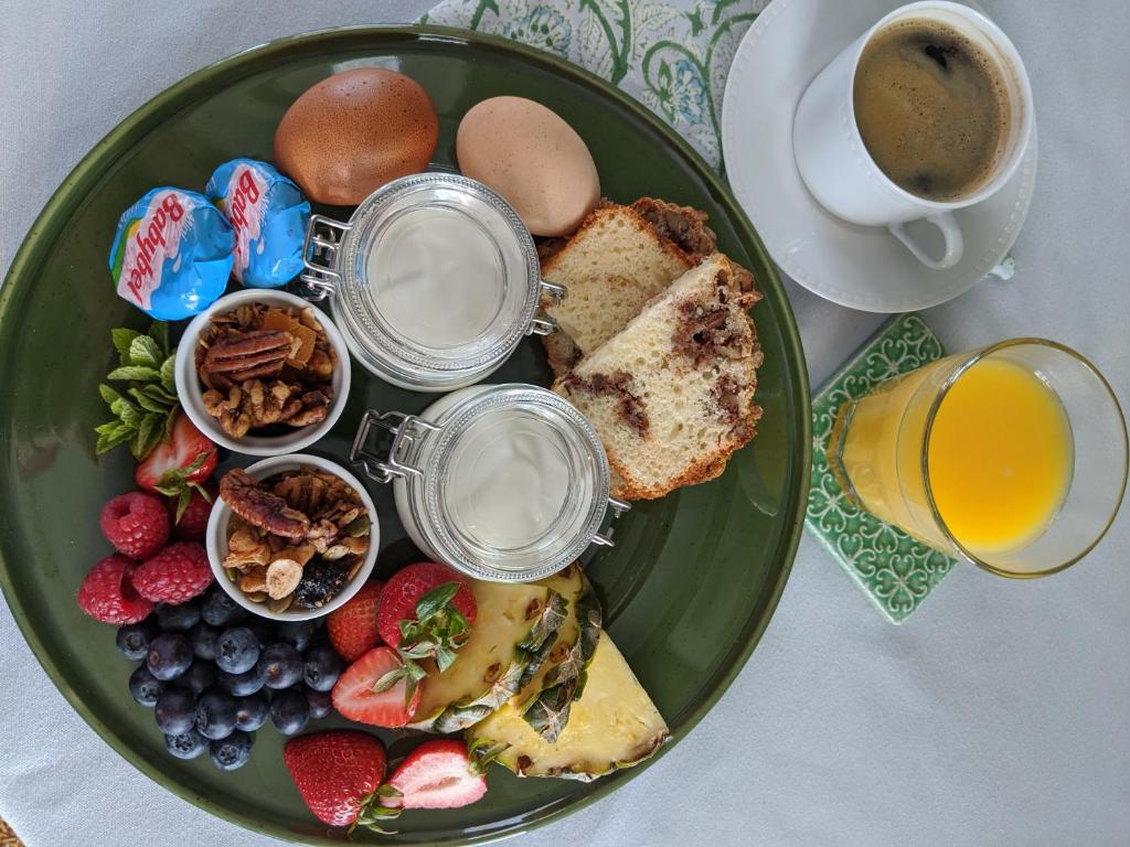 Breakfast options available to guests at Ravenscroft Inn