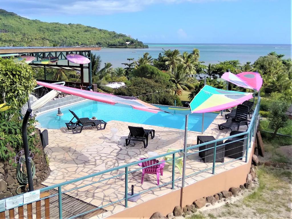 Uma vista da piscina em Fare Arana ou nos arredores
