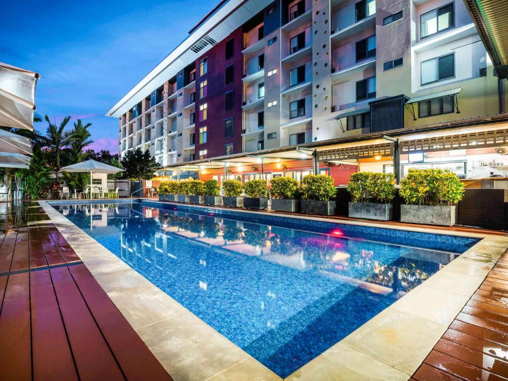 The swimming pool at or near Novotel Darwin Airport