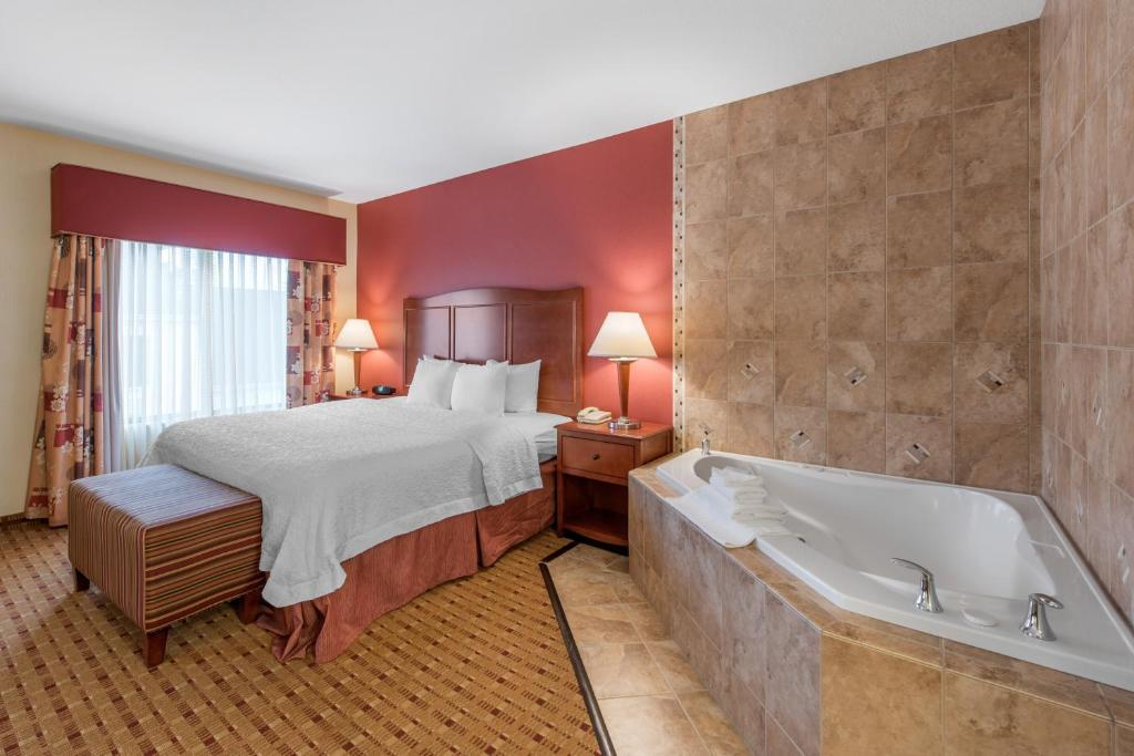 A room with a whirlpool tub at the Hampton Inn & Suites Arcata.