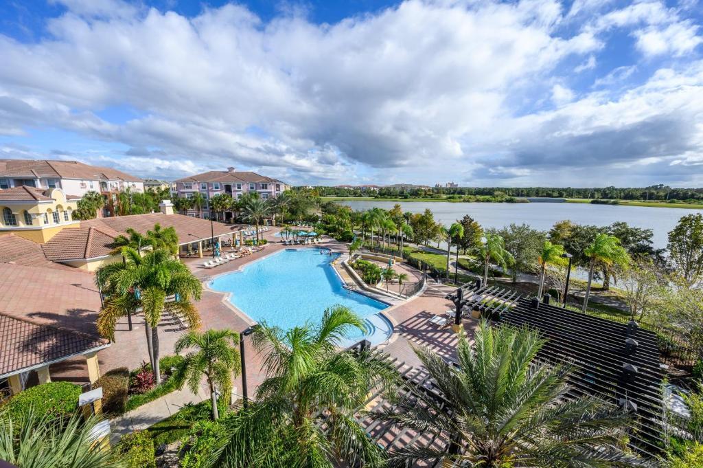 נוף של הבריכה ב-Vista Cay Resort by Millenium at Universal Blvd. או בסביבה