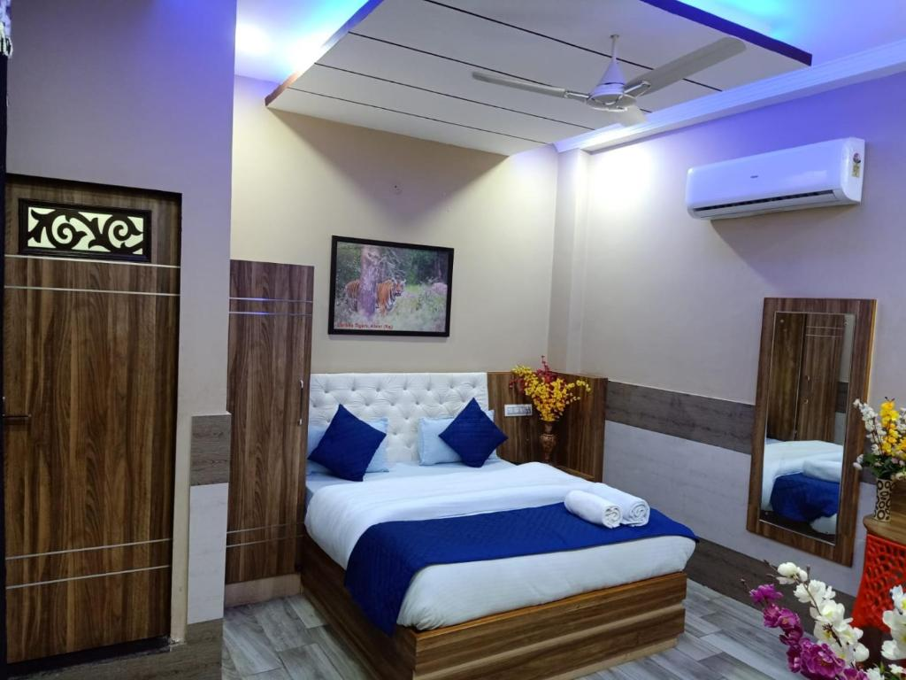 A bed or beds in a room at MAAN Hotel and Restaurant