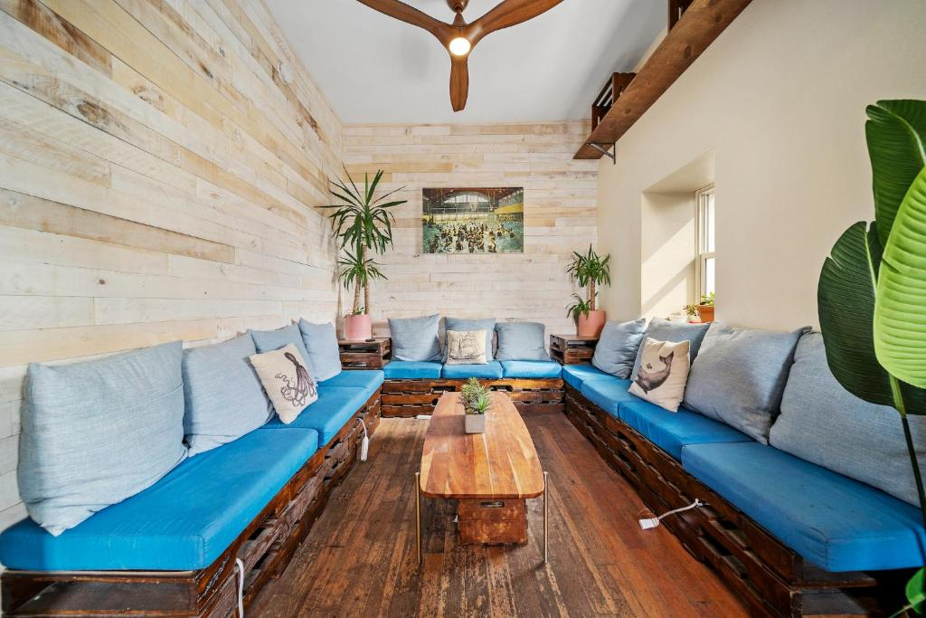 A seating area at Samesun Venice Beach