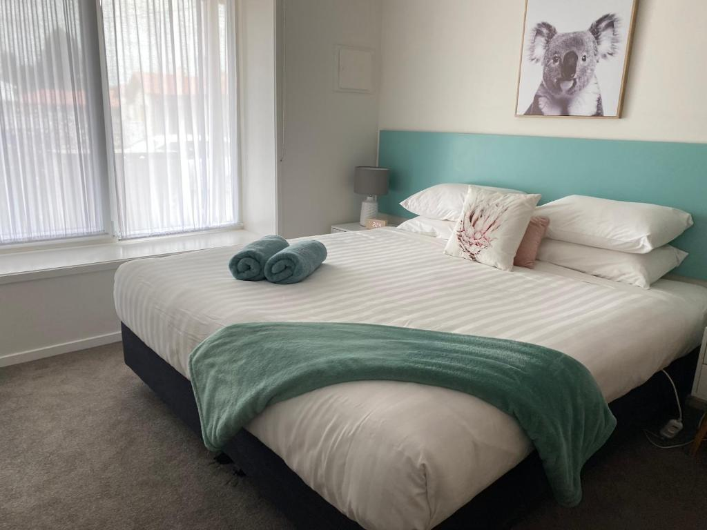 A bed or beds in a room at Botanic Apartments
