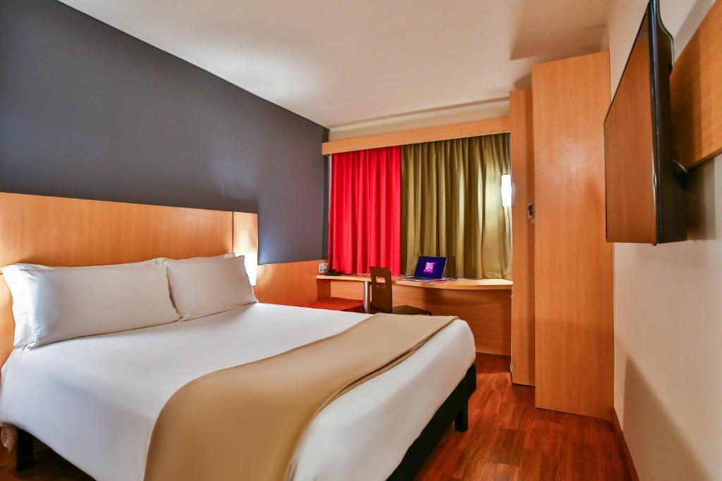 A bed or beds in a room at ibis Rio de Janeiro Botafogo