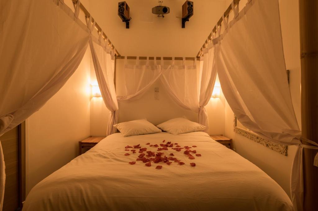 A bed or beds in a room at Urbinn Flat - La Suite d'Aphrodite, Jacuzzi, Sauna