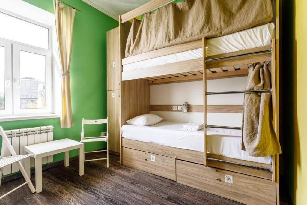 Двухъярусная кровать или двухъярусные кровати в номере Ель Хостел и Кофейня