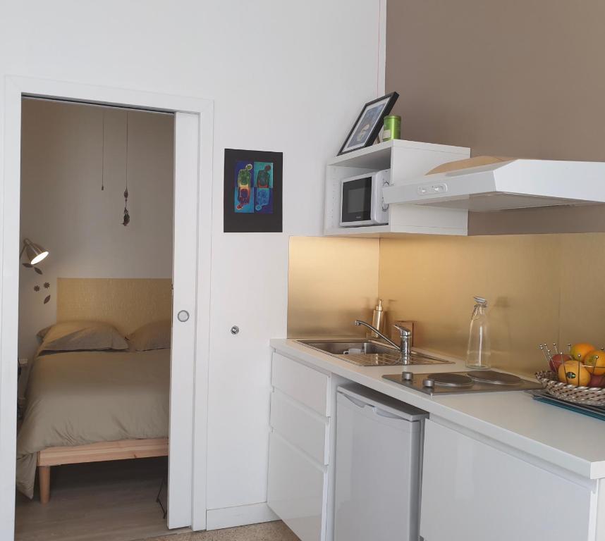 A kitchen or kitchenette at T1 avec parking à 2mn de la gare