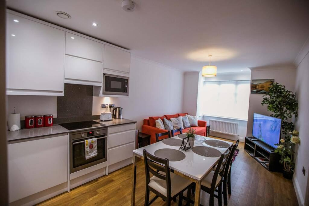 A kitchen or kitchenette at *ALBAN COURT *COMFY SUITE *