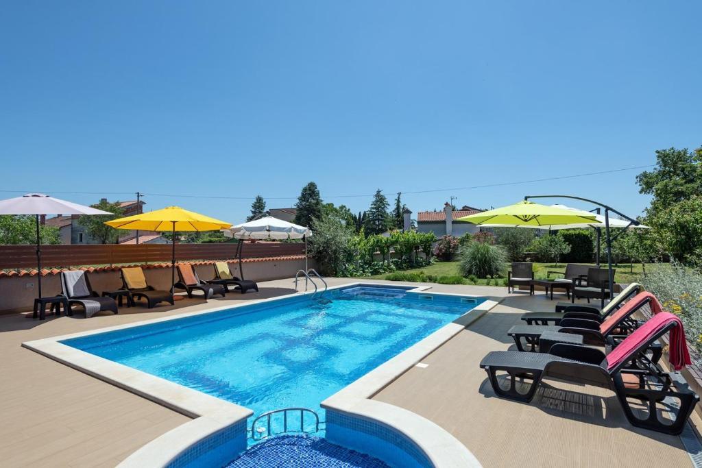 Der Swimmingpool an oder in der Nähe von Apartments Brioni Colors