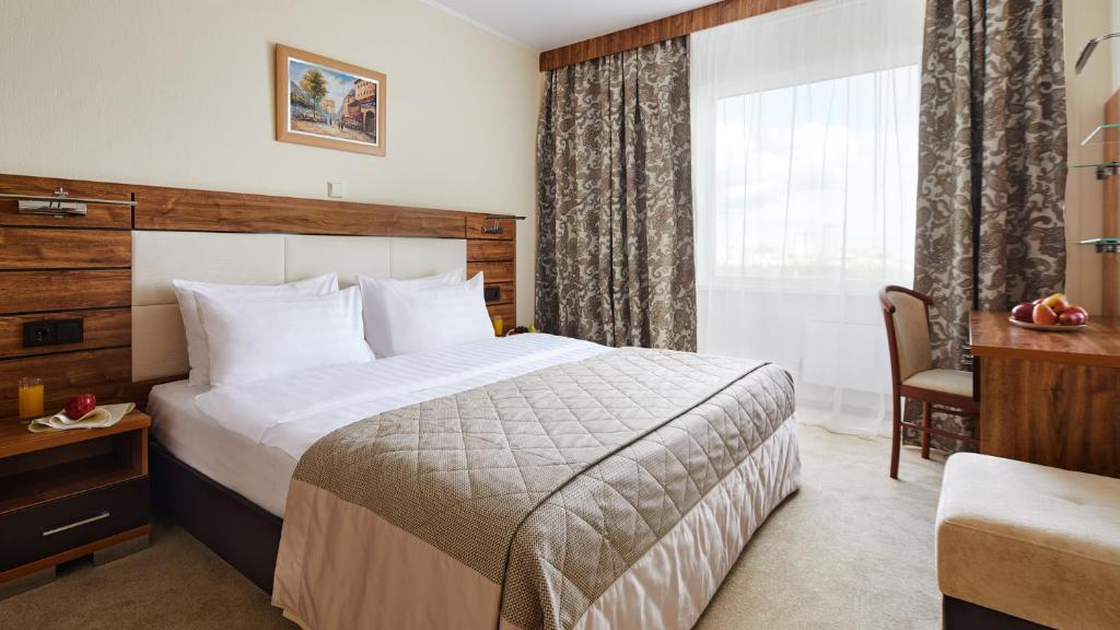 A bed or beds in a room at Izmailovo Delta Hotel
