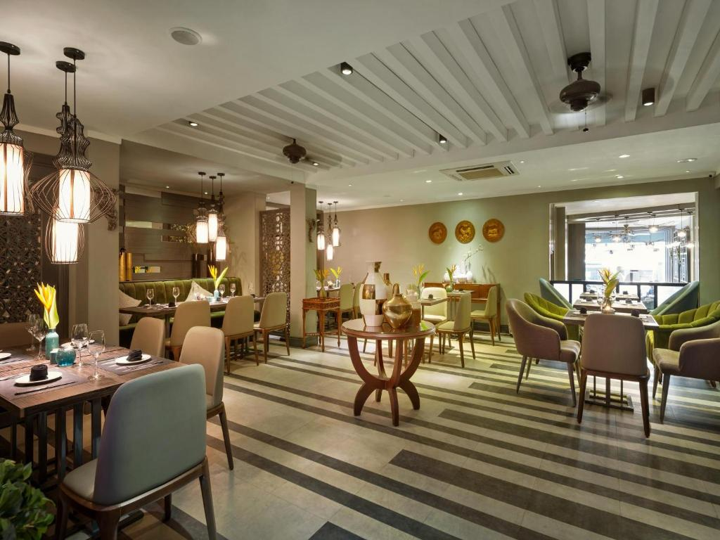 A restaurant or other place to eat at Hanoi Center Silk Hotel & Travel