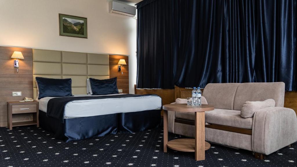 Кровать или кровати в номере Central City Hotel Grozny