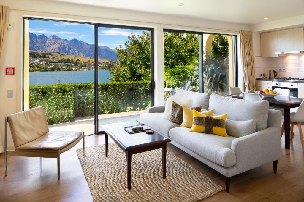 A seating area at Villa Del Lago