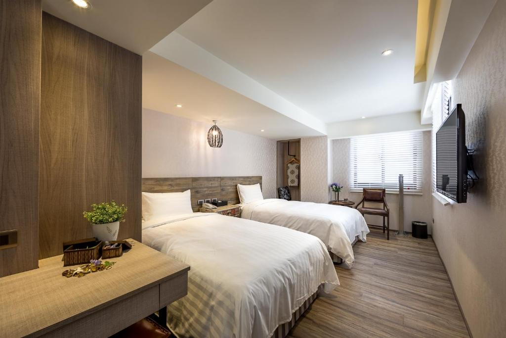 A bed or beds in a room at Lan Kwai Fong Garden Hotel
