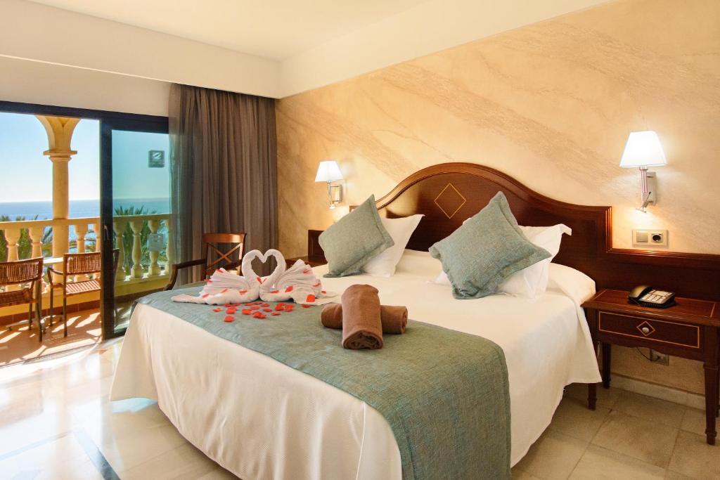 Łóżko lub łóżka w pokoju w obiekcie R2 Rio Calma