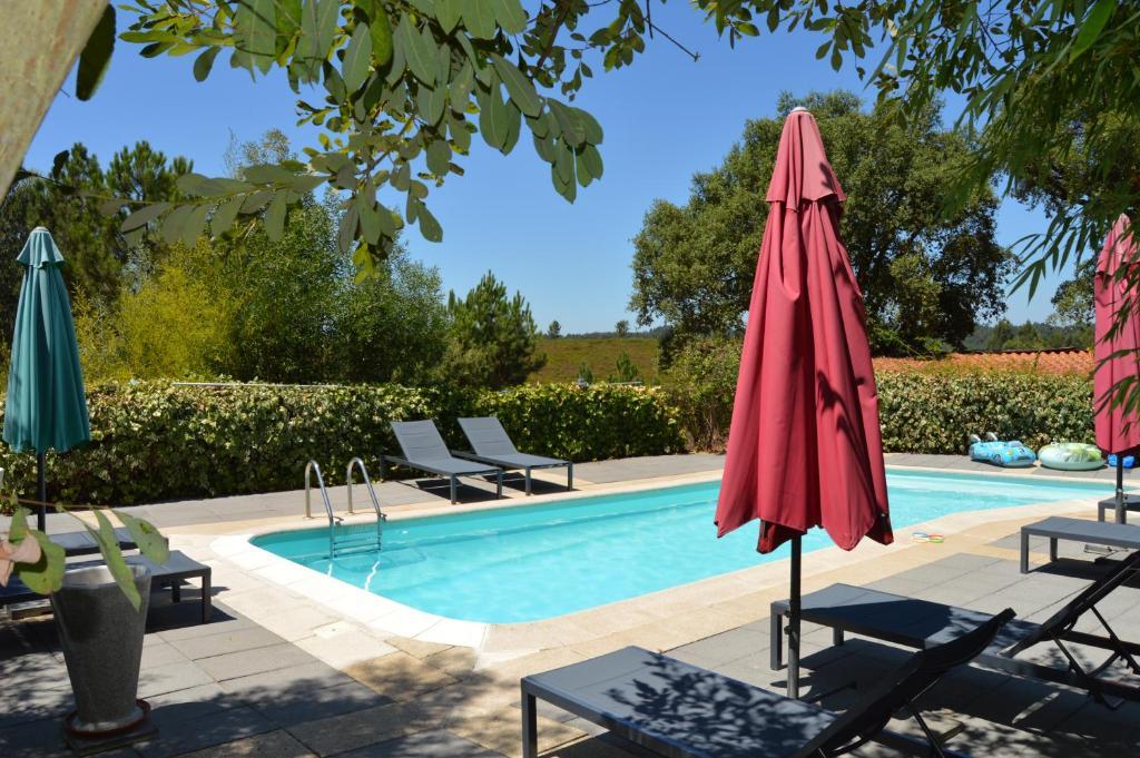 The swimming pool at or near Vivenda A Nossa Coroa