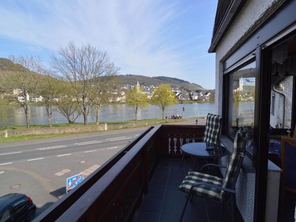 Een balkon of terras bij Cozy Apartment in Alf with River Nearby