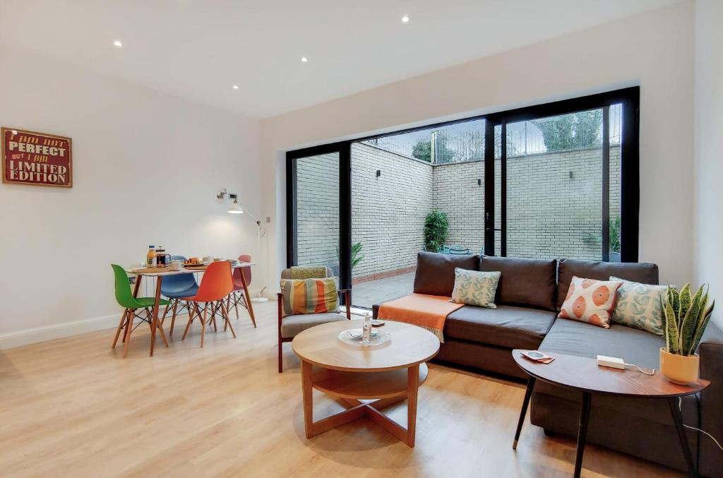 Brand New Ealing Common Apartment with Large Private Patio