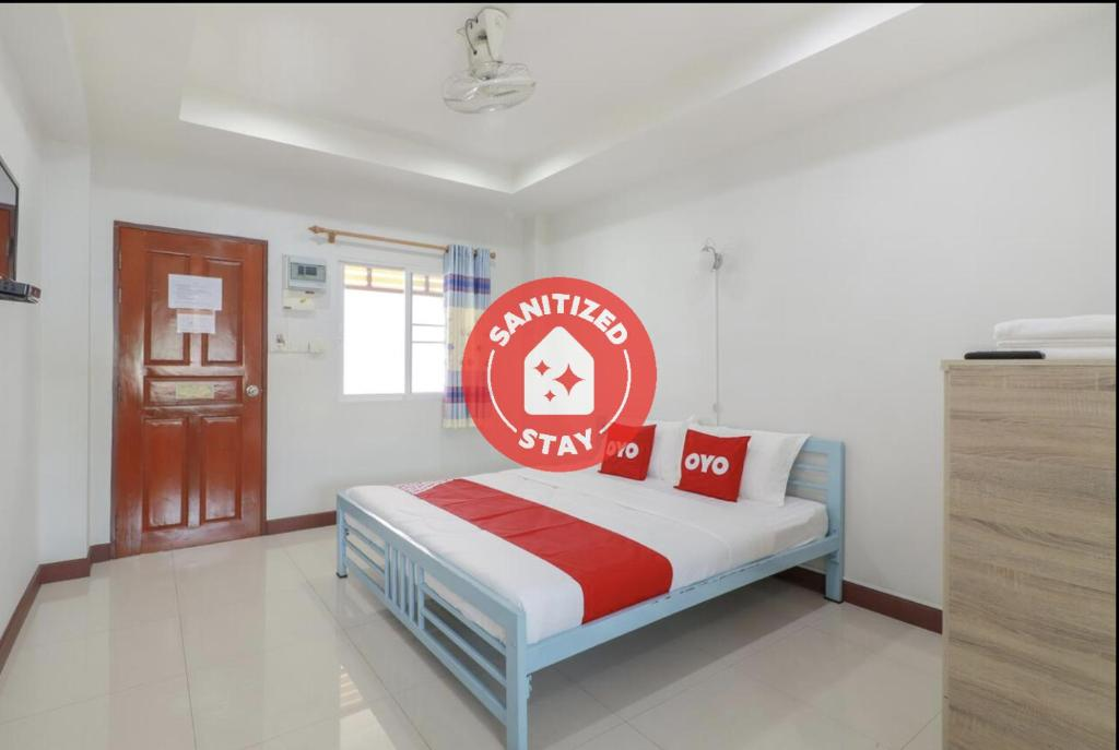 A bed or beds in a room at OYO 799 Pudsadee Hotel