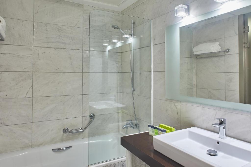 A bathroom at Silken Puerta Valencia