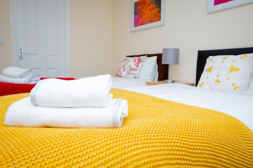 A bed or beds in a room at The Perfect Stay - Coventry