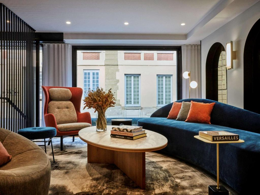 A seating area at Mercure Versailles Chateau
