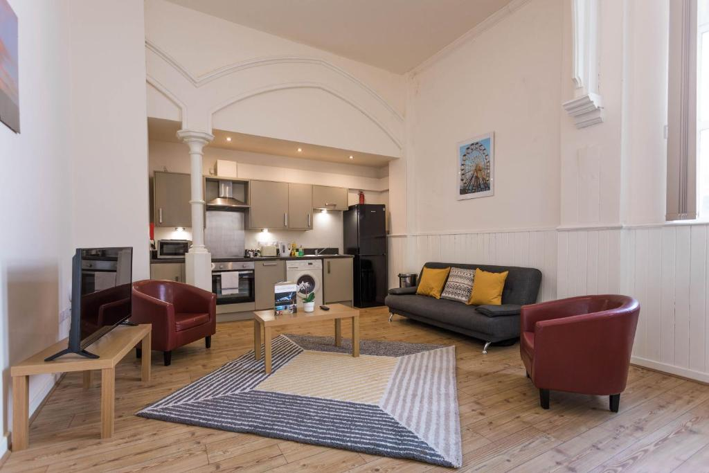 A seating area at James Reckitt Library Serviced Apartments - Hull Serviced Apartments HSA