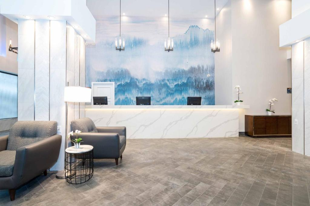 The lobby or reception area at Sandman Signature Calgary Downtown Hotel