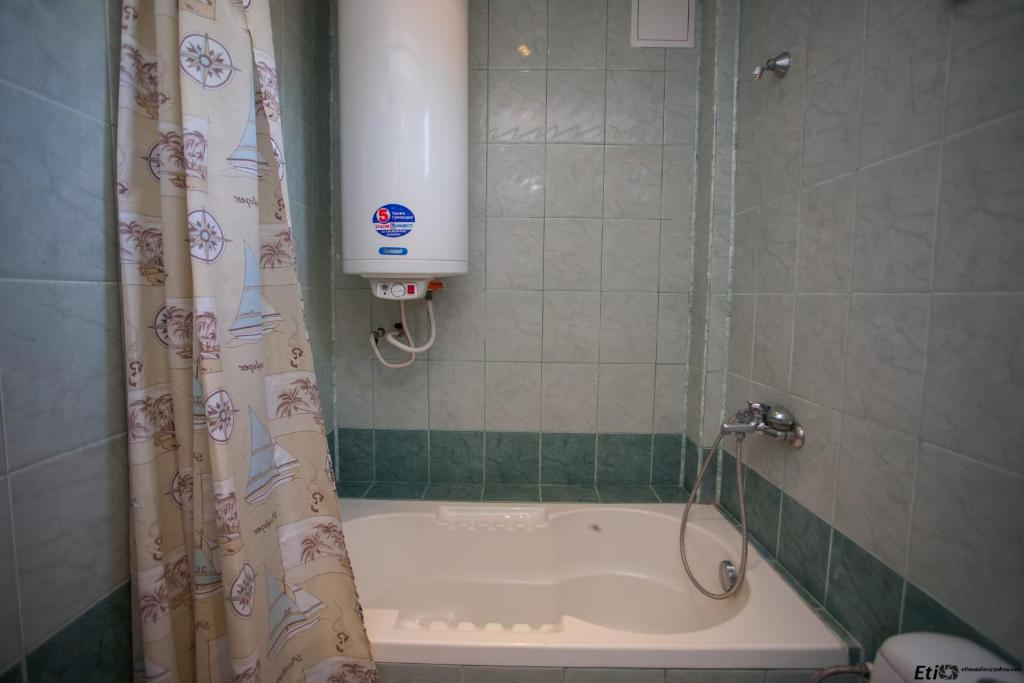 A bathroom at Semeen Hotel Valdes