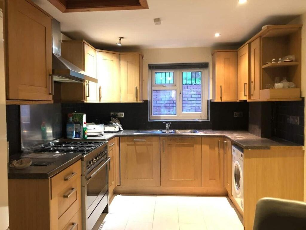 A kitchen or kitchenette at Wontford House Suite