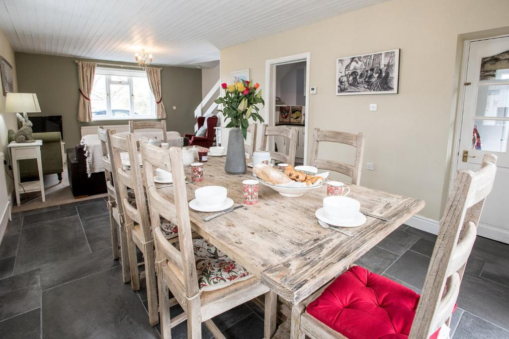 A restaurant or other place to eat at Newly renovated Old bakery House in Bath, 3 Bedroom, FREE Parking