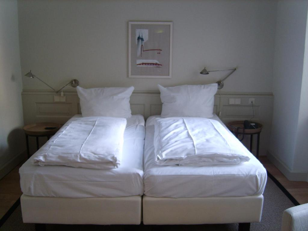 A bed or beds in a room at Hotel Schnookeloch