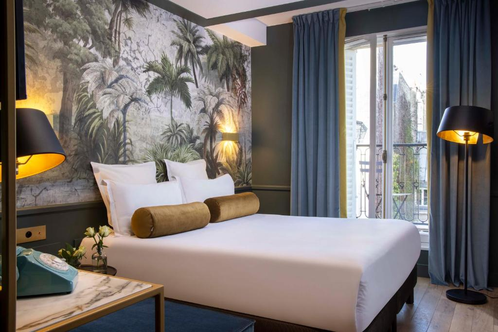 A bed or beds in a room at Les Jardins Du Luxembourg