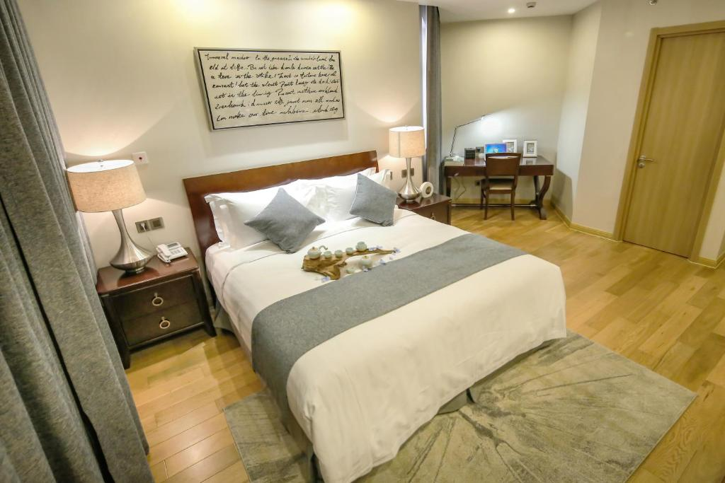 A bed or beds in a room at Green Court Residence Jinqiao Diamond Shanghai