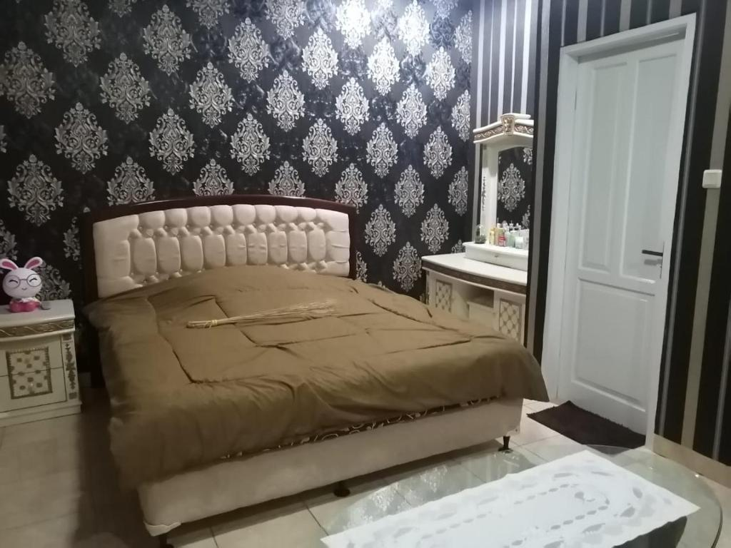 A bed or beds in a room at OYO 90285 Villa Artanti Cipanas