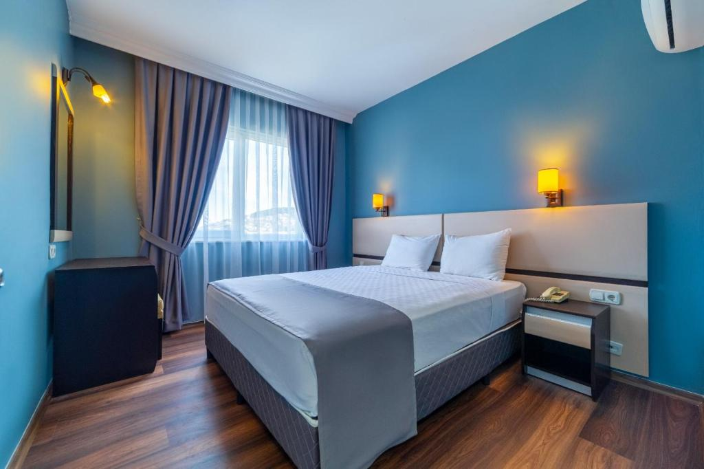 Een bed of bedden in een kamer bij Royalisa City Apart Hotel