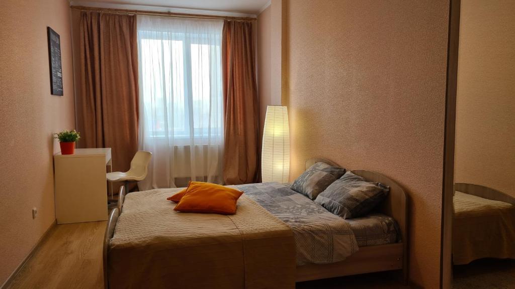 Кровать или кровати в номере Apartments on Kosmonavtov