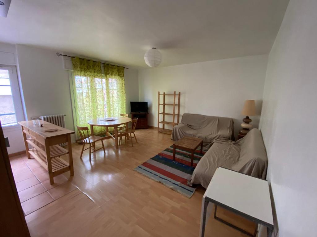 A seating area at Appartement 2 chambres pour 6personnes, meublé,60m2, en plein cœur de Marseille