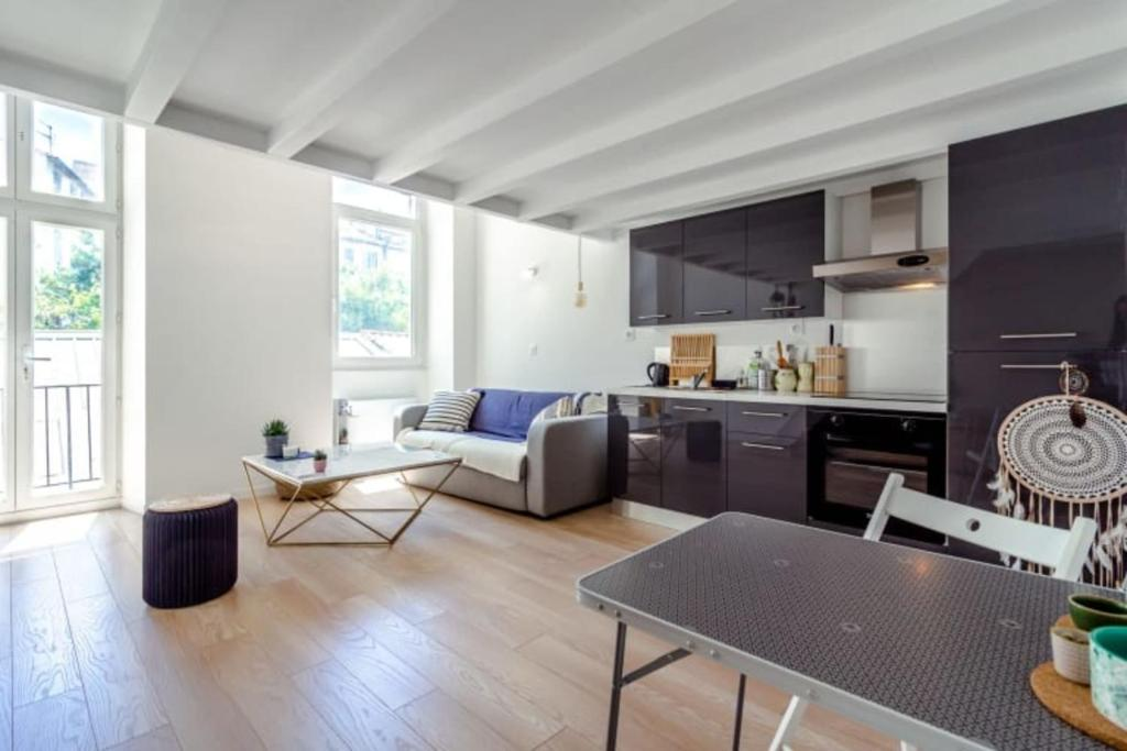 A kitchen or kitchenette at Magnificent bright apartment in Marseille