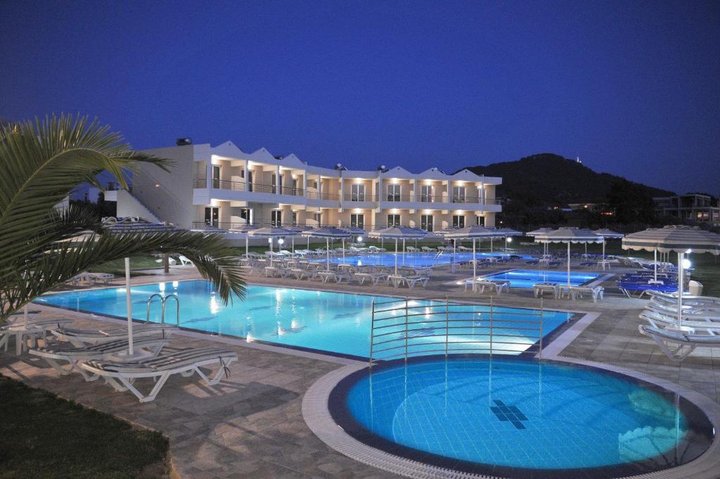 Het zwembad bij of vlak bij Emerald Hotel